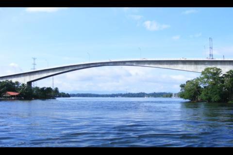 Así luce el Puente de Río Dulce con la nueva iluminación