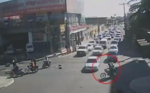 Panel provoca accidente de tránsito y PMT persigue al conductor