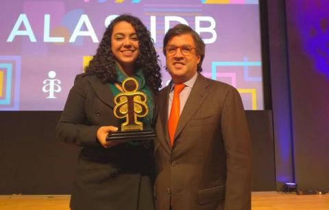 Escritora y fundación de Guatemala ganan premio en Washington