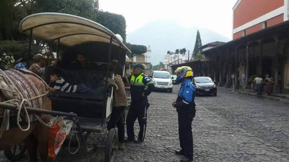 Carruajeros desafían prohibición en Antigua Guatemala