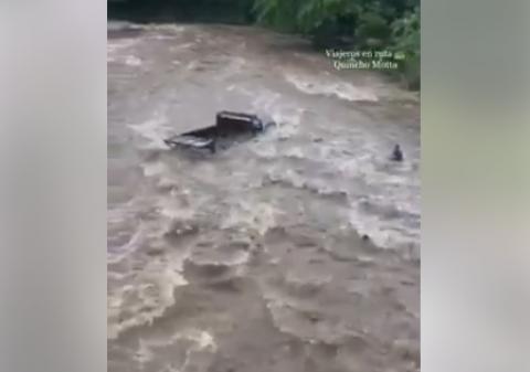 Camión queda atrapado en medio de un río en San Marcos