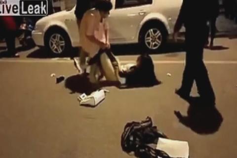 ¡Cachados! Mujer golpea y desnuda a la amante de su esposo