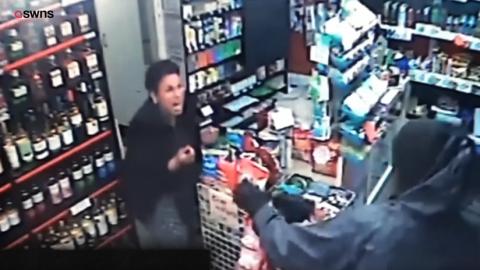 La valiente cajera de una tienda que ahuyenta a un ladrón armado