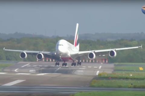 El dramático aterrizaje del avión de pasajeros más grande del mundo