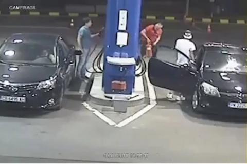 No apagó su cigarro en una gasolinera y recibió la lección de su vida