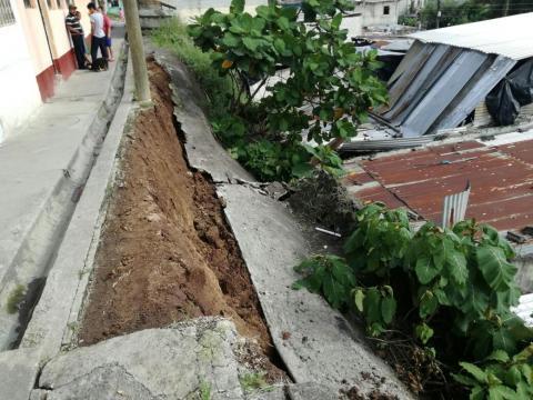 Cuatro viviendas afectadas por deslizamiento de tierra en la zona 18