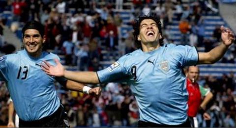 Luis Suárez festejó así los 10 años de su primer gol con Uruguay
