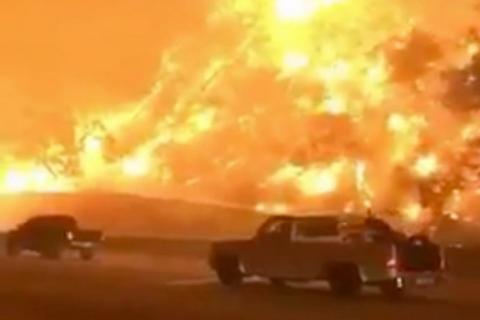 Imágenes impresionantes: automóviles huyen del incendio en California