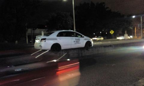 El extraño accidente de un taxi en plena calzada Aguilar Batres