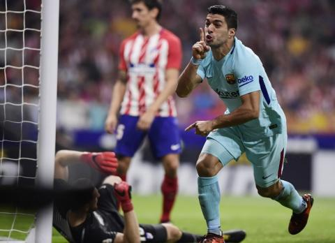 Luis Suárez rescata al Barcelona de su primera derrota en La Liga