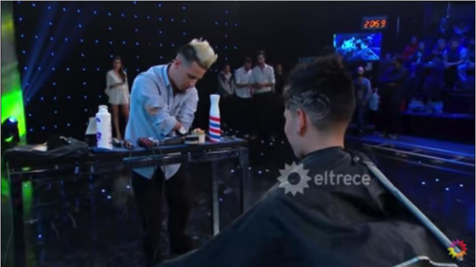 Barbero sin brazos se convierte en una celebridad del internet