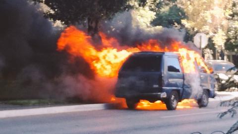 Vehículo se incendia sobre la Avenida Reforma