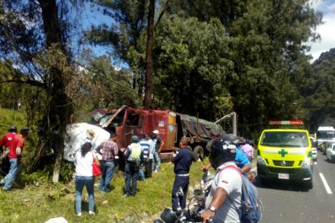 Camión choca en la Villa Lobos y derriba postes del tendido eléctrico