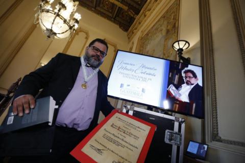 Entregan el Premio Nacional de Literatura a Francisco Méndez
