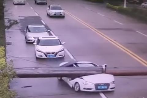 Hombre se salva de morir aplastado mientras conduce un deportivo