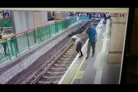 Hombre empuja a limpiadora a las vías del tren sin piedad