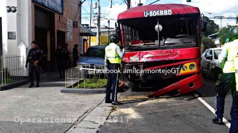Autobús que chocó el jueves obstaculiza la Avenida Elena en la zona 3