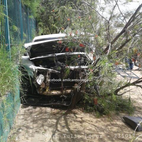 Vehículo chocó contra árboles cerca del aeropuerto La Aurora