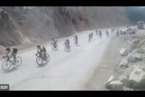 El peligro que tuvieron que pasar los ciclistas en la primera etapa