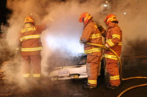 Accidente provoca incendio en un vehículo en la calzada Atanasio Tzul
