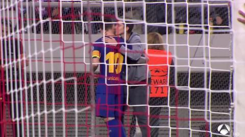 Un aficionado se mete al campo, besa a Messi y nadie lo detiene