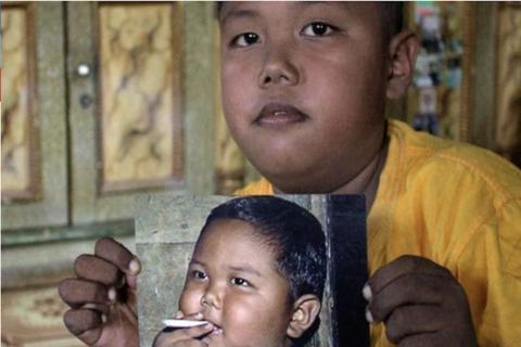 Así luce el niño fumador de dos años que impactó al mundo en 2010