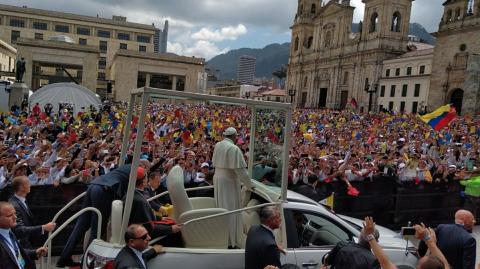El papa Francisco recibe una multitudinaria recepción en Colombia