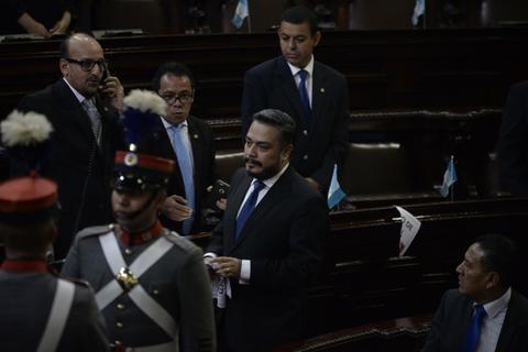 Javier Hernández arranca carteles que critican el sobresueldo de Jimmy