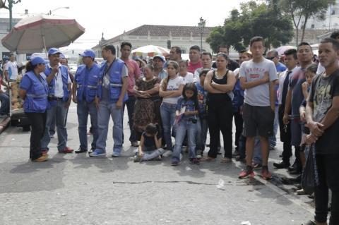 Manifestantes y padres de estudiantes discuten durante desfile