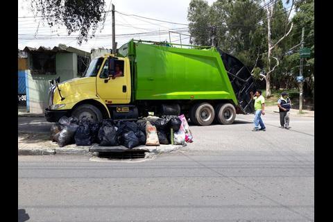 Recolectores de basura paralizan servicio en Mixco por extorsiones