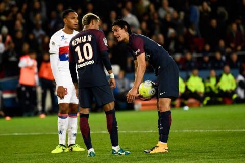 Las peleas entre Neymar y Edinson Cavani para cobrar faltas en el PSG