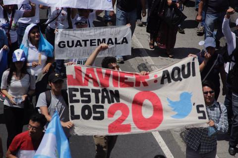 """""""Aquí están tus 20 tuiteros"""", dicen manifestantes a Javier Hernández"""