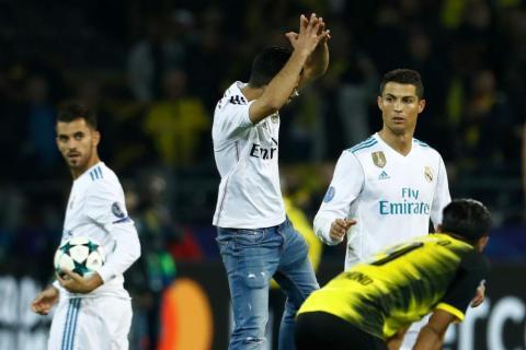Un aficionado invade el campo para celebrar como Cristiano Ronaldo