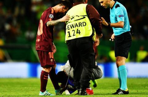 Aficionado salta a la cancha del Sporting para besar la zurda de Messi