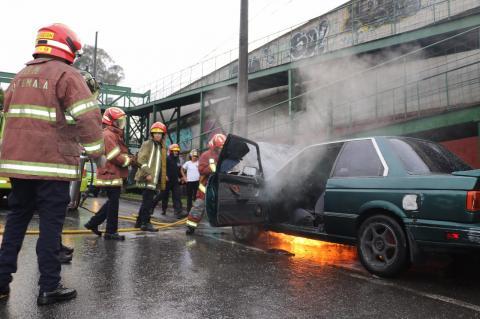 Estas son las imágenes de un vehículo incendiado en la zona 13