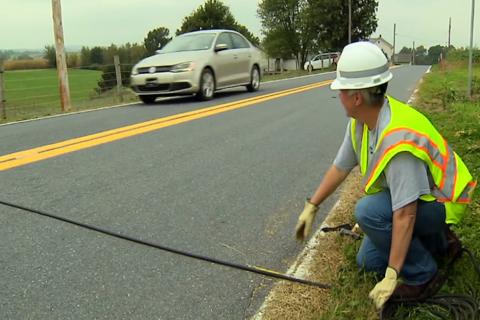 ¿Qué son y para qué sirven esos cables negros sobre las carreteras?