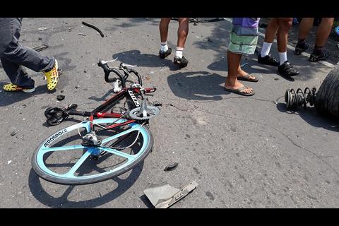 ¡Terrible! Vehículo embiste a ciclista en Escuintla