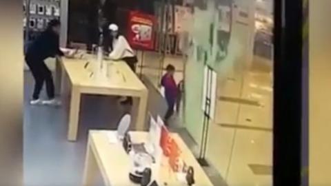 #VIDEO Puerta de cristal de tienda Apple se rompe y hiere a un niño