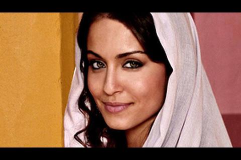 La sexy felicitación de la actriz española, Hiba Abouk a un amigo