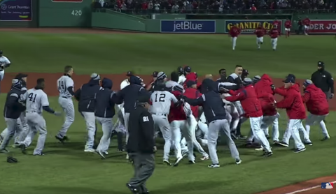Pelea por un pelotazo: hierve la rivalidad de Yankees y Medias Rojas