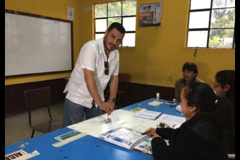 Alfonso Alonzo va a votar en helicóptero