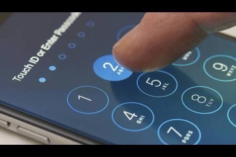 """Esta máquina """"hackea"""" en unos minutos la contraseña del Iphone"""