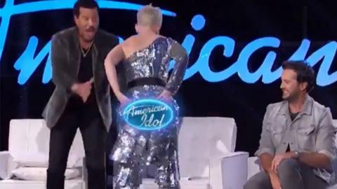 Katy Perry sufre un accidente de vestuario en American Idol