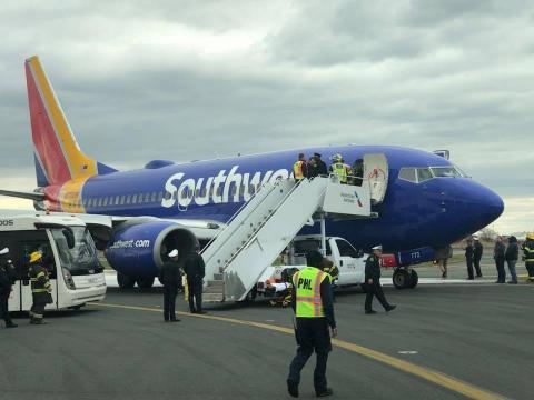"""Mujer muere tras ser """"succionada"""" afuera de un avión durante un vuelo"""