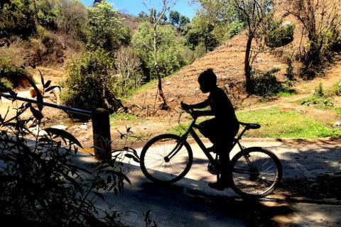 Ayudemos a Edgar el niño ciclista que corre con botas de hule