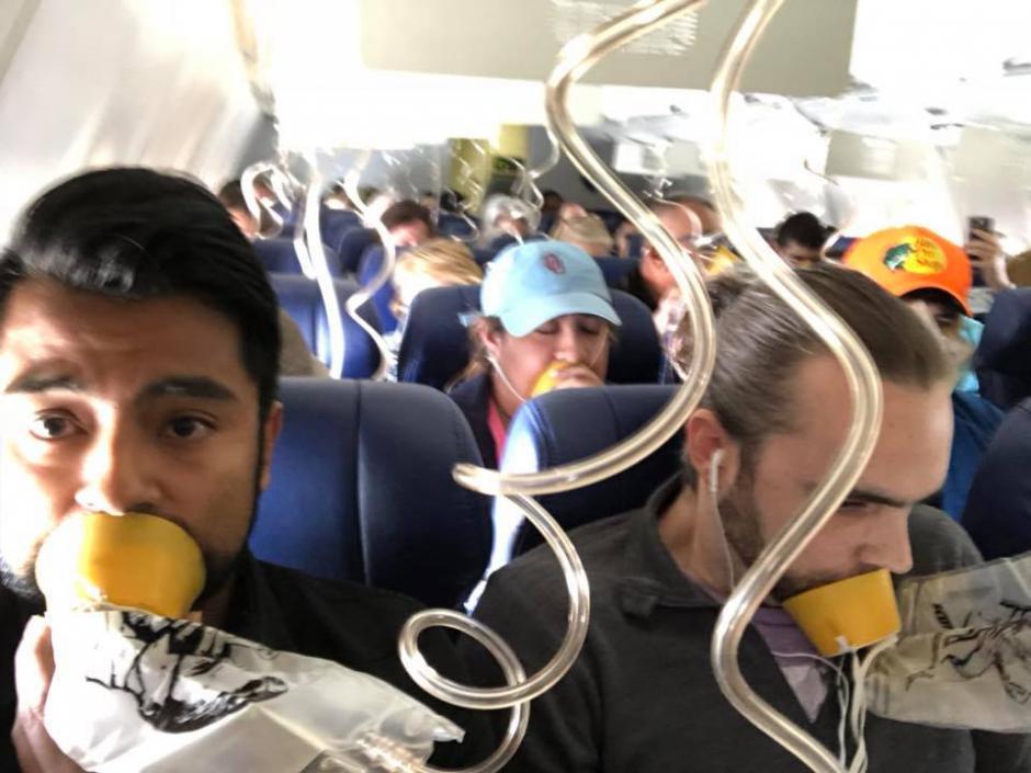 """Pasajero transmite en vivo mientras mujer fue """"succionada"""" en un vuelo"""