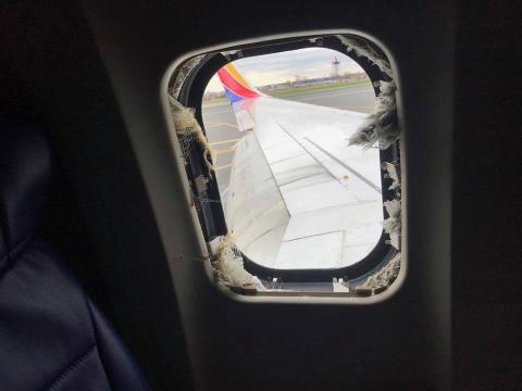 """Así pidió ayuda la piloto del avión que """"succionó"""" a una mujer"""