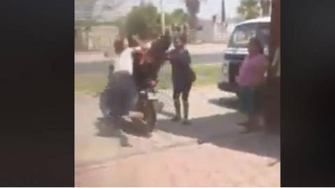 Se lanza contra una moto para detener a su esposo que la engañaba