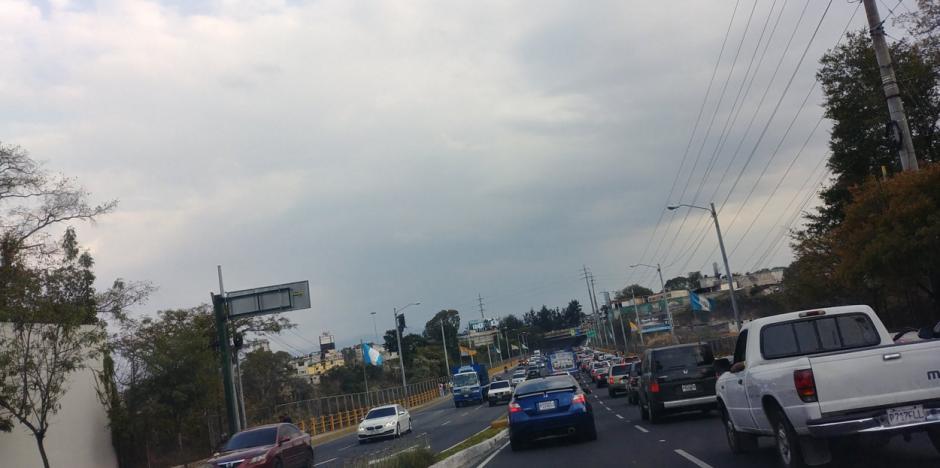 Tráiler averiado congestiona salida de conductores en el Naranjo