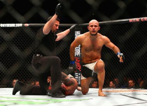Luchador noquea a su rival con una brutal patada en la UFC